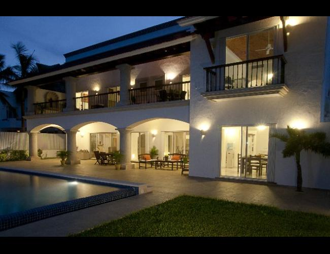 Residencia de lujo con frente de playa y muelle privado